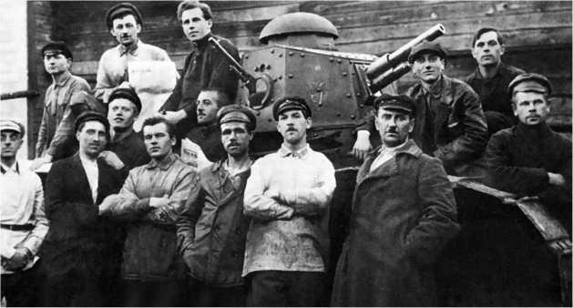 Бойцы одного из автобронеотрядов у танка «Рено Русский» поздней модели, с установками пушки и пулемета 1920-е годы.