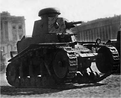 Танки МС-1 на площади Урицкого (так до января 1944 года называлась Дворцовая площадь). Ленинград, 1 мая 1930 года.