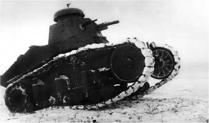 Танк Т-18 первой серии во время зимних тактических занятий.