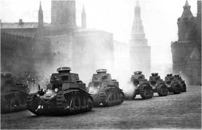 Колонна танков МС-1 проходит по Красной площади. 7 ноября 1930 года. На грибовидных крышках наблюдательных башенок хорошо видна тактическая маркировка.