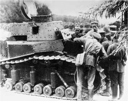 Командиры знакомятся с устройством танка. 1931 год.