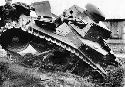 Занятия по вождению танков в Орловской танковой школе.