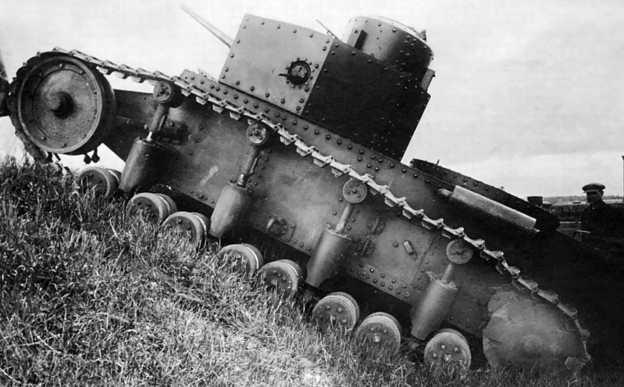 Танк Т-12 преодолевает склон во время испытаний. Июнь 1931 года.