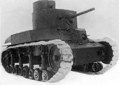 Танк Т-24 во дворе Военной академии моторизации и механизации им. Сталина в Москве. 1940 год.