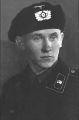 Альфред Руббель в черной танковой униформе с танковой защитной шапкой. Этот снимок был сделан в Тильзите в 1940 году. В учебных частях красивую черную танковую униформу в увольнение надевать не разрешали. Этот запрет солдаты обходили следующим образом: с собой в чемодане бралась черная танковая форма, в туалете на вокзале солдат переодевался, и чемодан с серой полевой формой оставался в камере хранения на вокзале до конца увольнения.
