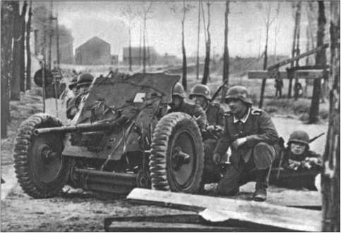 Фотография времен французской кампании, расчет 3,7-сантиметровой противотанковой пушки в бою.