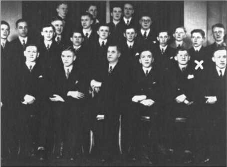 Фотография школьных дней Альфреда Руббеля (он обозначен крестом). В первом ряду сидит учитель.