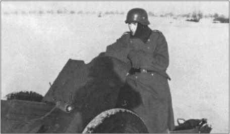 Учения с 3,7-сантиметровой противотанковой пушкой на жестоком морозе в январе1940 года. Расчет из четырех человек тащил пушку на руках по глубокому снегу четыре километра от казармы до полигона.
