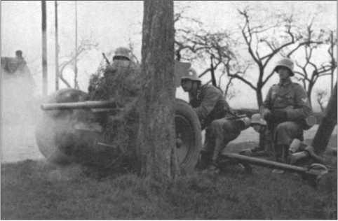 Фотография с маневров: выстрел из 3,7-сантиметровой противотанковой пушки. Эту противотанковую пушку также презрительно называли«военный прибор для постукивания». Ее можно было использовать для поддержки пехоты, но для противотанковой обороны она была абсолютно недостаточна, потому что ее пробивной способности против танков не хватало.
