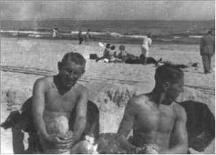 Альфред Руббель и его товарищ Шмидт заняли песочный замок на выгодном с оперативной точки зрения расстоянии от группы дам. Это было время, когда из-за войны танцы были временно запрещены. Поэтому изыскивались другие возможности для завязывания контактов с противоположным полом!