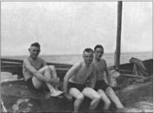 Экскурсия в воскресенье в конце мая 1940 года. По Приморской железной дороге из Браунсберга до Толкемита, а оттуда на пароходе по Калининградскому заливу [Frisches Haff] в Кальберг. Слева направо:Альфред Руббель, Карл-Хайнц Кнольманн и ХельмутКрёнке.
