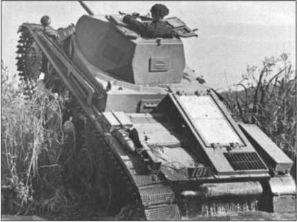 Легкий Танк II во время пересечения течения ручья. Он был вооружен 2-сантиметровой автоматической пушкой и был быстрым и юрким разведывательным танком, но для борьбы с вражескими танками не годился.
