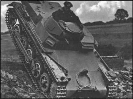 Легкий Танк I во время обучения водителей. Этот танк был первым танком, который в больших количествах поступил в войска в 1935 году. Он был вооружен только двумя пулеметами и для боя против танков абсолютно не годился. Начиная с 1940 года его использовали в основном только для обучения водителей танков или как самоходные лафеты для установки на них орудий.