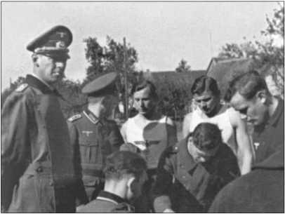 Выплата военной зарплаты в Керцлине: командир роты должен был присутствовать при выплате зарплаты. Слева на фотографии командир роты капитан князь Фольрандт фон Шаумбург-Липпе, справа от него — старшина роты.