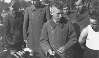 Стрелок танковых войск Альфред Руббель (посередине) только что получил свою военную зарплату — десять рейхсмарок за десять дней.