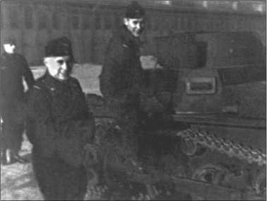 Альфред Руббель залезает на учебный Танк I у казармы в Шпроттау в ноябре 1940 года. Слева на фотографии его товарищ Вегман.
