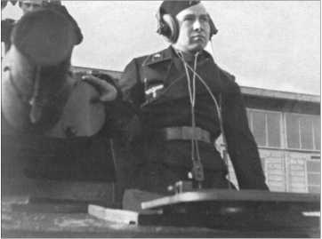 Командирский Танк IV с номером 900, в котором Альфред Руббель был заряжающим. На фотографии водитель «Чарли», который погиб в ноябре 1941 года у Тихвина.