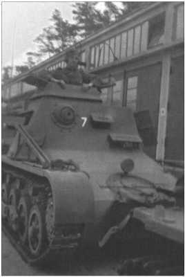 На фотографии командный Танк I, который сначала использовали как командирский танк, но в боях он оказался слишком уязвимым, и его больше не производили.