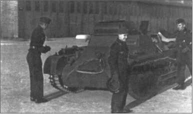 Альфред Руббель с товарищами у Танка I, который также презрительно называли «Крупп-Спорт».