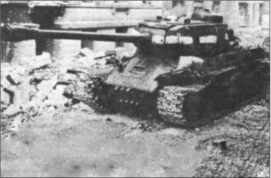 Танк «Иосиф Сталин II» был со своей 12,2-сантиметровой пушкой вооружен лучше, чем «Тигр II», но все-таки не был ему равнозначным соперником. У него было раздельное заряжание — снаряд и гильзу с порохом надо было помещать в ствол по отдельности. После выстрела затвор надо было опускать, чтобы зарядить следующий выстрел. После этого наводчик должен был снова наводить прицел. Все это стоило бесценного времени. Унитарные 8,8-сантиметровые снаряды «Тигра» позволяли стрелять по одной и той же цели гораздо быстрее, что чаще всего приводило к ее уничтожению.
