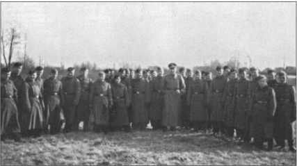 Часть 9-й роты 29-го танкового полка вместе с лейтенантом Зоммерфельдом во время обучения унтер-офицеров в Шпроттау в декабре 1940 года.