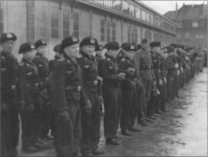 9-я рота построена для получения приказа — в черной униформе боевые подразделения, в серой полевой форме мотоциклисты, которых также называли «обозные кнехты». Без обозных кнехтов ни о каких танках-шманках не могло быть и речи.