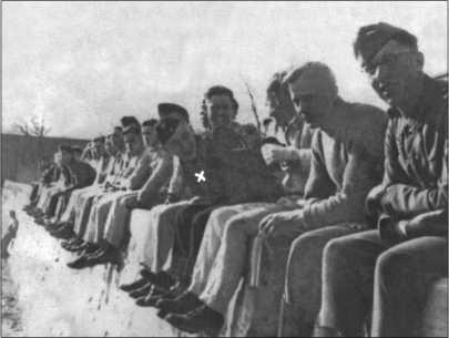 Альфред Руббель, обозначенный знаком «Х», среди своих товарищей. Тем временем в Любене во 2-м батальоне состоялись курсы кандидатов в офицеры, на которых учился и АльфредРуббель. Его результаты не были особенно хорошими, и курсы ему не засчитали.