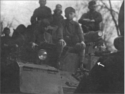 Деревенская детвора залезла на Танк IV Альфреда Руббеля. Стрелка на фото указывает на уже введенный тактический знак 12-й танковой дивизии.