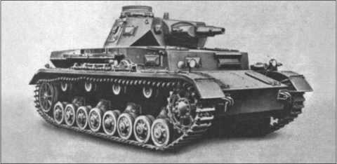 За почти десять лет производства на Танке IV были произведены многие конструкторские изменения и улучшения.Здесь показан танк в исполнении В и С. У него был более сильный мотор, бронирование спереди было усилено, и улучшена командирская башенка. Пулемет радиста в этом исполнении убрали, что было недостатком при ближней обороне.