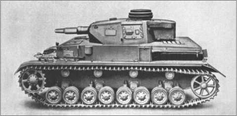 Последним исполнением Танка IV с короткой пушкой был F1. Толщина фронтового бронирования выросла до 50 миллиметров. Но даже этого было слишком мало. За башней был сделан ящик, как на Танке III,в котором экипаж мог хранить часть своих вещей.