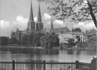 Вид в переулки старого города Любека. Одна из первых ковровых бомбардировок Королевских военно-воздушных сил состоялась 28 марта 1942 года и разрушила красивый внутренний город Любека. При этой бомбардировке погибли 320 жителей города.