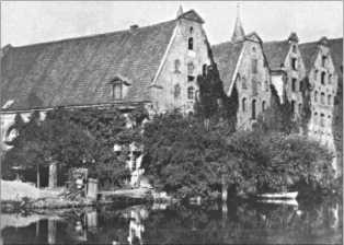 На этой фотографии собор в Любеке, он еще не разрушен. Он был сильно поврежден во время бомбардировок союзников.