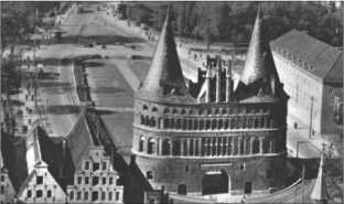 Альфред Руббель с января по март 1941 года был в лазарете в Любеке. Об этом напоминают различные фотографии; здесь ворота Хольстен[Holstentor] в Любеке.