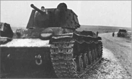 Только 8,8-сантиметровая зенитная пушка, тяжелая артиллерия и штуки в начале русской кампании были в состоянии эффективно бороться с тяжелыми русскими танками КВ. Болотистая местность и технические проблемы также вынуждали эти чудовища останавливаться.На фотографии КВ-1 с эффективной 7,62-сантиметровой пушкой.