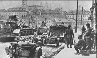 Танки и автомобили 12-й танковой дивизии в конце июня 1941 года входят в Минск, столицу Белоруссии.