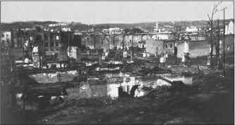 Сгоревший Витебск после взятия его немецкой армией в середине июля 1941 года. Во многих больших русских городах деревянные дома все еще стояли почти в центре города. Из-за них пожары распространялись очень широко и уничтожали целые городские кварталы.