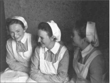 Три самые милые сестры, слева Анни из Штокхайма, потом Мария из Кронаха и Тина из Лихтенфельса. Сестер Красного Креста также любя называли «карболковые мышки». Карболка — это средство дезинфекции, которое повсеместно использовалось в госпиталях.