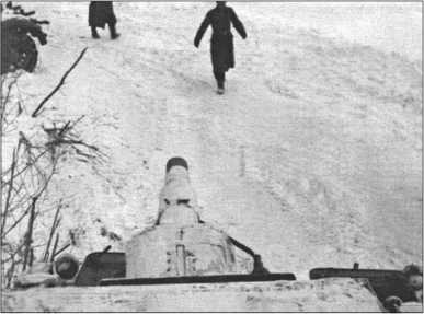 Фельдфебель Фендезак возвращается к своему танку после получения приказа.