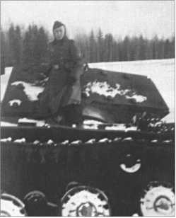 Альфред Руббель на застрявшем в болоте русском КВ-1.
