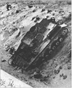 Немецкий Танк IV скатился в обледеневший ров и собственными силами выехать не может.