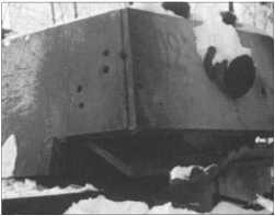 Здесь толстую броню башни КВ-1 пробили пять специальных снарядов с усиленным зарядом. Шов в броне при этом разошелся. У КВ-1сзади был еще один пулемет в шаровой установке для ближней обороны.