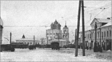 С марта до апреля 1942 года в городе Тосно или Чудово. Рыночная площадь все еще покрыта снегом.
