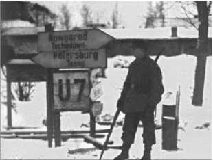 Дорожные указатели под Ленинградом, который в царское время назывался Санкт-Петербургом. Только большевики начали называть его Ленинград. Сегодня город опять носит имя из царского времени.