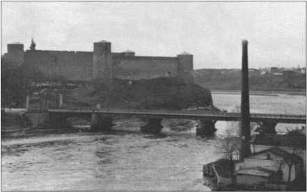 Весна 1942 года вытеснила зиму с большим трудом. По Нарве все еще плывет лед.