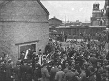 1-й батальон 29-го танкового полка вместе со своим командиром капитаном Ниедиком 20 мая 1942 года покидает полк, чтобы снова восстановиться в Германии. Начиная с июля 1942 года этот батальон был переименован в 3-й батальон 4-го танкового полка и включен в 13-ю танковую дивизию, воевавшую на Кавказе. Музыканты прощаются с товарищами из 1-го батальона на вокзале Нарвы.