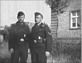 Ефрейторы Ханье Тайсен (слева на фотографии) и Курт Книпсель (справа на фотографии). С обоими Альфред Руббель был вместе до конца войны. Тайсен, происходивший из хорошей фамилии, оказал Альфреду Руббелю первую помощь, когда его ранило подо Мгой/Ленинград.Курт Книпсель все-таки погиб в последние дни войны.