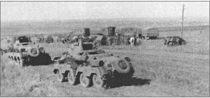 Восьмиколесный разведывательный автомобиль 13-й танковой дивизии во время остановки в Ногайской степи. Все люки открыты, чтобы хоть как-то охладить внутреннее пространство разведывательной машины.