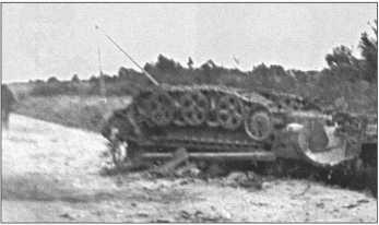 Советская армия оказывала только спорадическое сопротивление и иногда устанавливала на дорогах мины. Этому немецкому однотонному тягачу оторвало переднюю ось, и силой взрыва его поставило с ног на голову. При этом точно не обошлось без потерь.