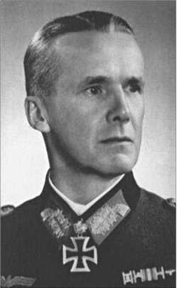 Генерал танковых войск Тгауготт Херр командовал13-й танковой дивизией до декабря1942 года.