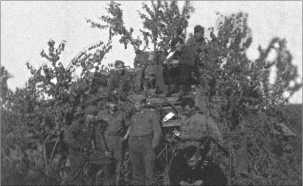 Октябрь 1942 года, где-то на Тереке. На переднем плане фотографии в черной танковой униформе Альфред Руббель, за ним стоит Эрнст Блох и еще солдаты ротного ремонтного отделения 9-й роты.